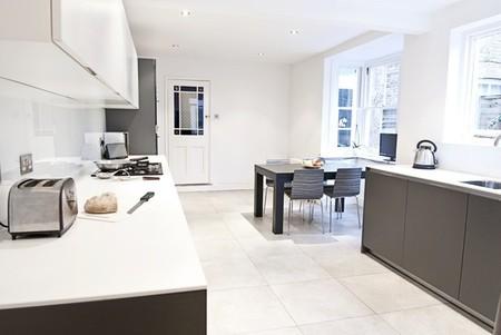 Protagonismo del color negro en la cocina de una casa for Decoesfera cocinas