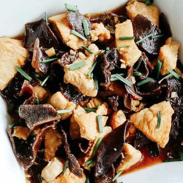 Pollo salteado con champiñones negros. Receta fácil y saludable