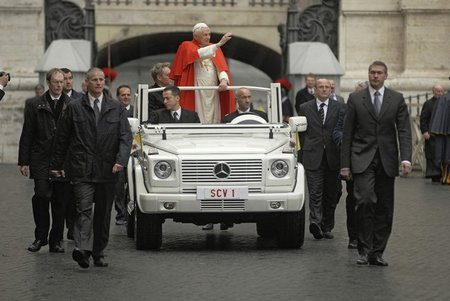 El Papamovil se electrifica, nuevos tiempos en el Vaticano