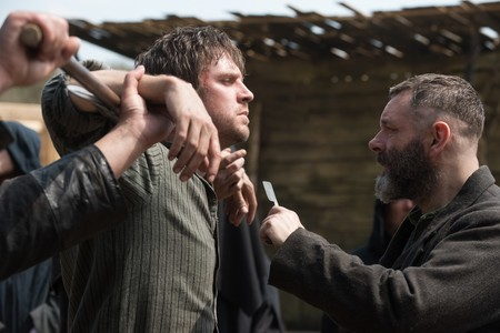 Brutal tráiler de 'El apóstol': Dan Stevens y Michael Sheen en la nueva salvajada de Gareth Evans ('The Raid')