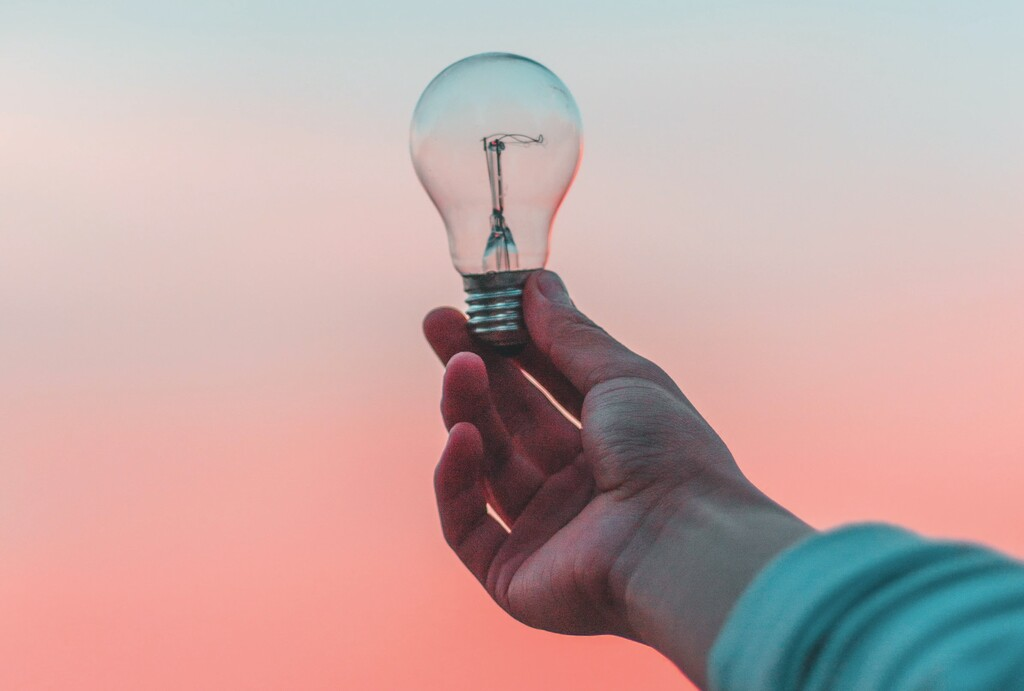 Cinco formas de economizar luz con la nueva tarifa eléctrica usando el iPhone y sus accesorios