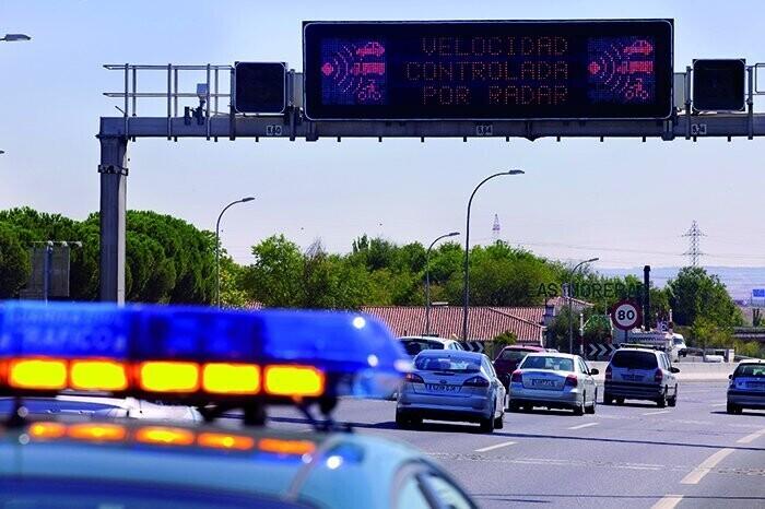 """La DGT defiende las nuevas normas: """"Es de sentido común que en una vía de un solo carril no se pueda circular a 50 km/h"""""""