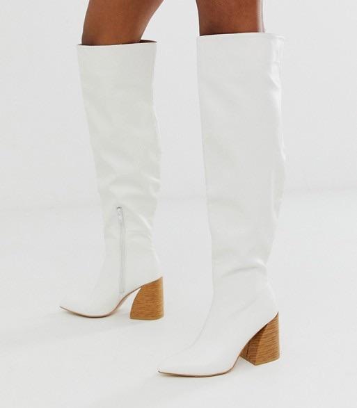 Botas por la rodilla blancas con tacón laminado.