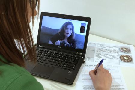 Especialista De Mercadona Realizando Una Sesion De Coinnovacion Con Una Jefa Clienta Por Videollamada