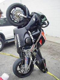 ¿Deben las motos aparcar en la acera?