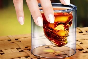 Ponga un vaso cráneo en su mesa