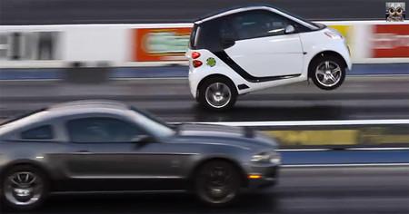 ¿Quieres ver cómo este smart gana a un Shelby Mustang?