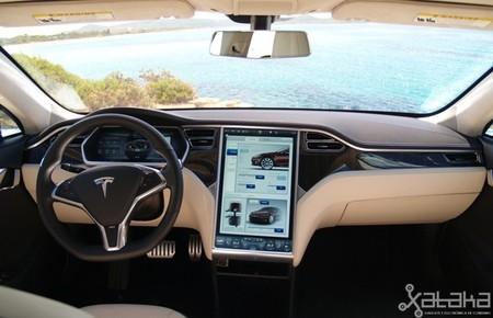 No solo un nuevo coche, Tesla también revelará un sistema de piloto automático, según Bloomberg