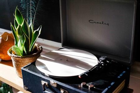 Pull&Bear no sólo es estilo, sino también música con su colección de tocadiscos y vinilos para ponerle ritmo a la primavera