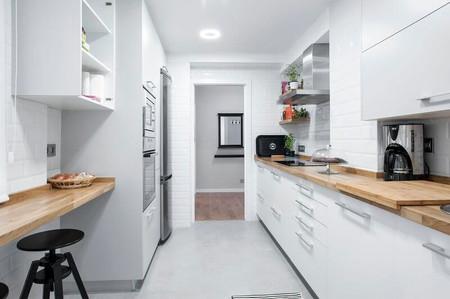Puertas abiertas una reforma integral en estilo n rdico for Amueblar cocina alargada