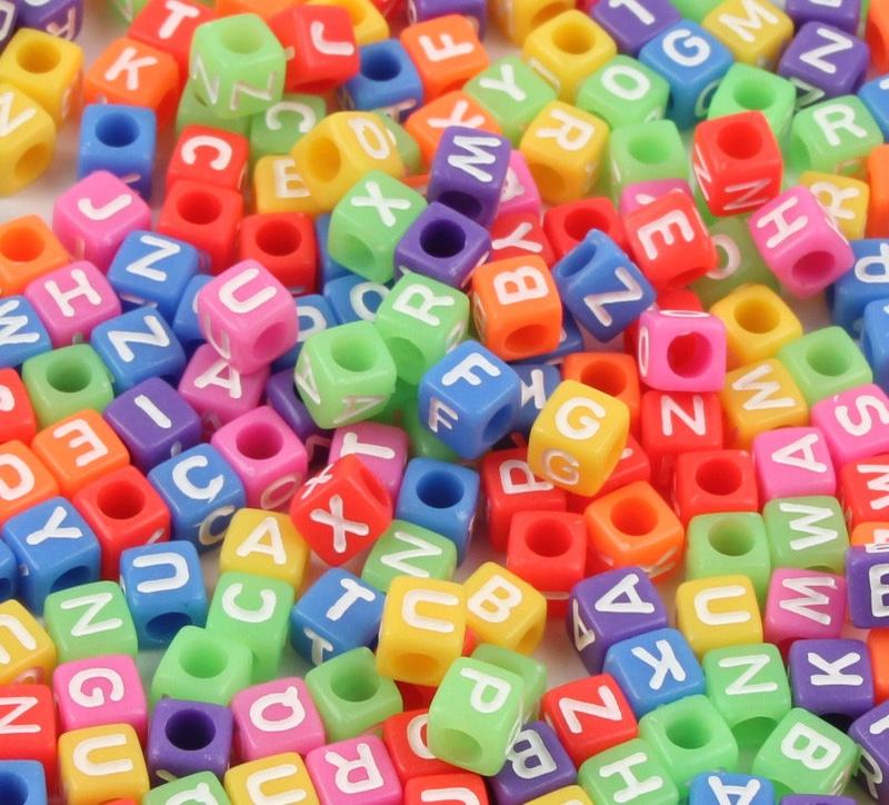 Dados multicolor con inicial.