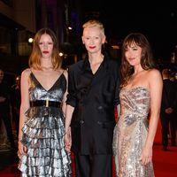 El estreno de Suspiria en Londres nos trae el look más brillante de Dakota Johnson