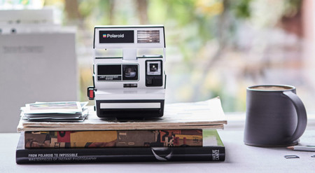 Polaroid 600 Camera - Two-Tone Black & White, una instantánea de edición exclusiva para nostálgicos
