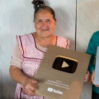 """""""De mi Rancho a tu Cocina"""" el canal de YouTube de doña Ángela alcanza el millón de suscriptores y recibe botón de oro"""