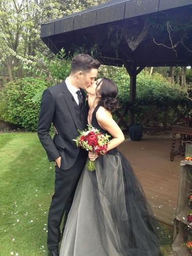 Una novia distinta (pero divina): Shenae Grimes da el 'yes, I do' de color negro