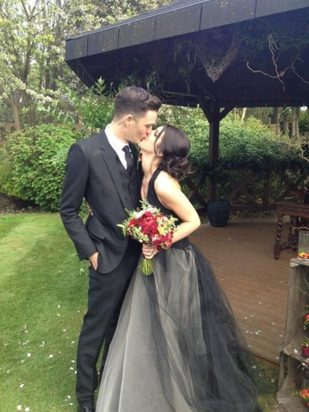 Una novia distinta (pero divina): Shenae Grimes da el 'yes, I do' de color negro