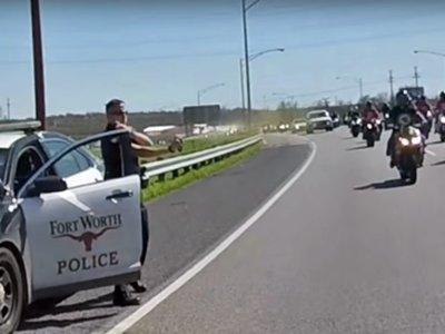 Policía cazado rociando espray pimienta a un grupo de moteros