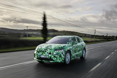 El nuevo SUV eléctrico Škoda Enyaq iV promete hasta 500 km de autonomía con una batería de 82 kWh