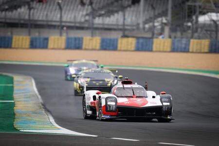Locura en la salida de las 24 Horas de Le Mans: accidente del Toyota #8 y trompo para el Alpine bajo la lluvia