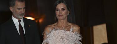 Doña Letizia sorprende con un look de plumas para acudir al tradicional concierto previo a los Premios Princesa de Asturias