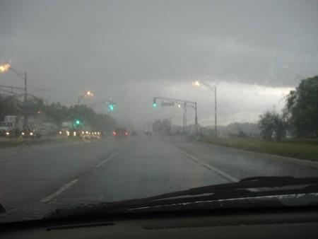 ¿Conducir un coche durante una tormenta es peligroso?