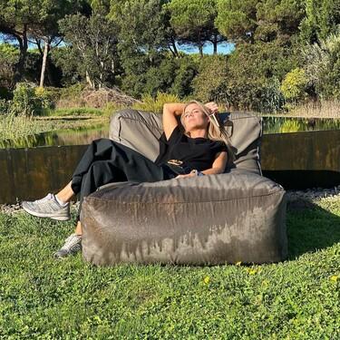 Amelia Bono sabe que combinar un total look black con zapatillas grises es un acierto y recreamos el outfit que lo demuestra