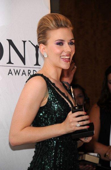 Todas las asistentes a los Tony Awards 2010: Scarlett Johansson, peinado