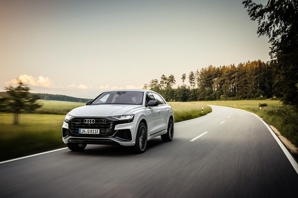 El Audi Q8 TFSIe es un enorme SUV coupé híbrido enchufable con hasta 462 CV, 47 km de autonomía y etiqueta CERO
