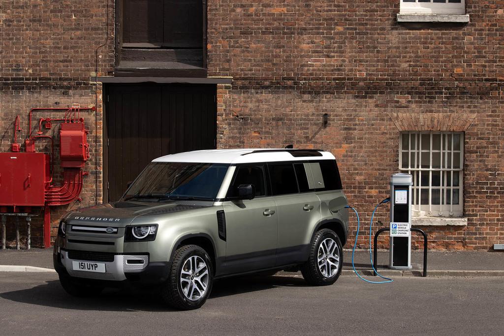 El Land Rover Defender añade a su gama una mecánica híbrida enchufable de 400 CV ¡y tres diésel mild hybrid!