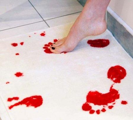 Alfombra sangrienta para el baño