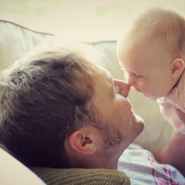 Un bebé de solo ocho semanas saluda a su padre con un 'Hola'