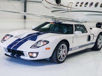El Santo Grial para coleccionistas: Un Ford GT 2006 con 17 kilómetros ¡y los protectores sin quitar!