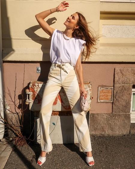 Nueve ideas para seguir combinando sin aburrirnos la camiseta con hombreras más famosa del verano