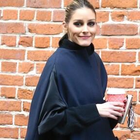 Parece que Olivia Palermo se ha quedado estancada en el armario de invierno, pero ha escogido los zapatos perfectos de entretiempo