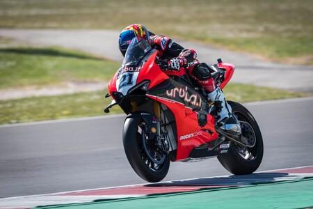 Michael Ruben Rinaldi manda con la Ducati Panigale V4 R en un test de Superbikes sin Honda ni Kawasaki