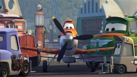 Se ha organizado un lanzamiento de aviones de papel con ocasión del próximo estreno de 'Aviones'