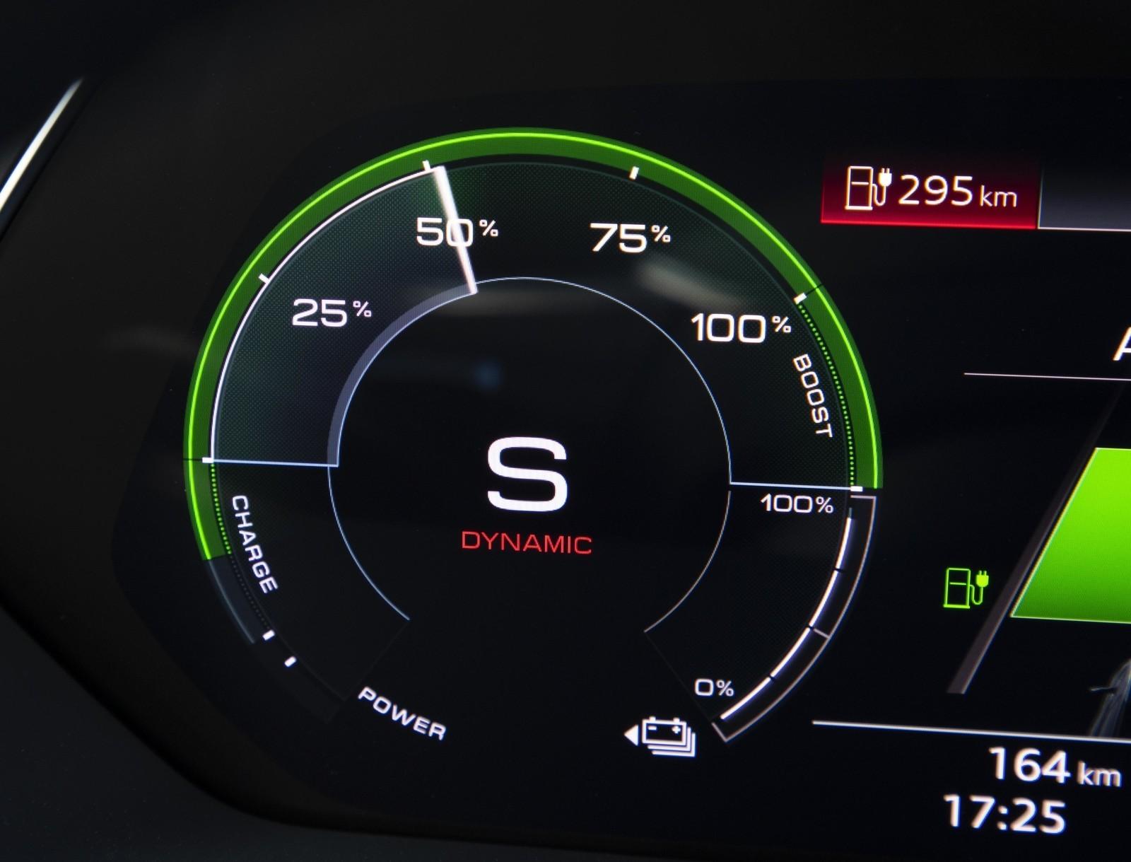 Foto de Audi e-tron (84/111)