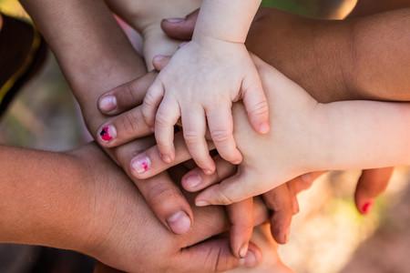 Manos de niños de diferentes etnias