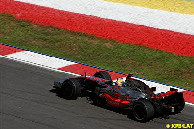 Lewis Hamilton supera magistralmente a los dos Ferrari