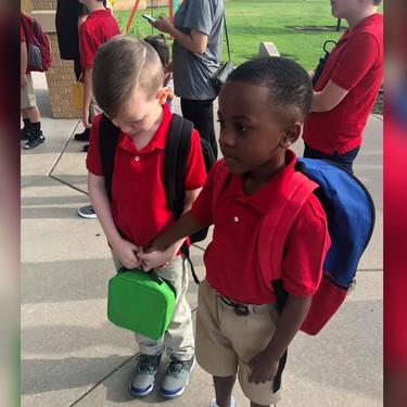 El precioso gesto de un niño de 8 años, consolando a su compañero con autismo durante el primer día de clases