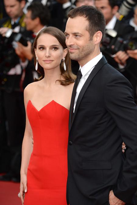 El rojo es el color de Natalie Portman y su aparición en Cannes es la prueba definitiva
