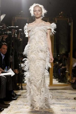Vestido de plumas Marchesa