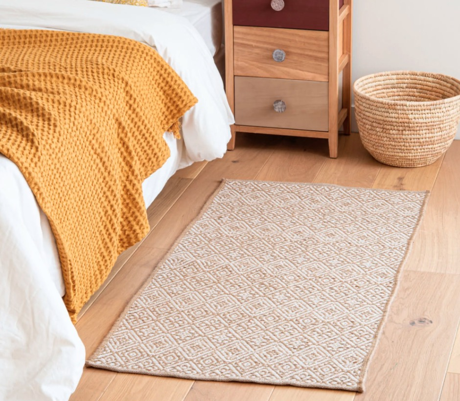 Alfombra de algodón y yute Tresanti color crudo y marrón con motivos decorativos gráficos 60x120