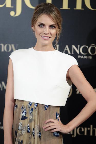 Amaia Salamanca nos conquista con un look fresco y original en los Premios Mujer de Hoy 2017