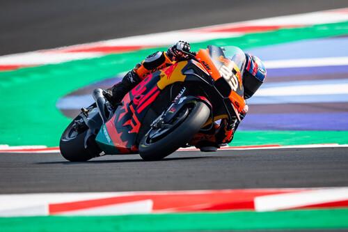 Brad Binder comanda los entrenamientos de MotoGP en Misano con cinco pilotos separados por 71 milésimas