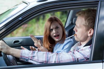El Reino Unido multará a quienes fumen dentro del coche cuando hay niños