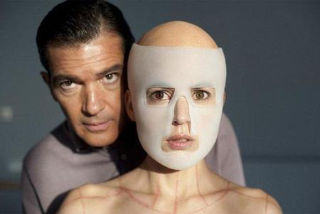 Antonio Banderas y Elena Anaya acojonan mucho en la primera imagen de lo nuevo de Almodóvar