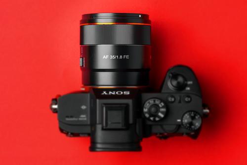Samyang presenta el nuevo AF 35mm F1.8 FE para la montura E de Sony: un 35 mm que llama la atención por la relación precio/calidad