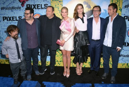 Chris Columbus con los actores de Pixels