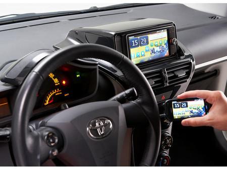 Cómo funciona MirrorLink, el sistema que nos permite seguir usando el móvil desde el coche